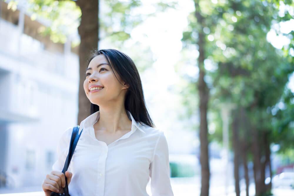微笑みながら歩く女性