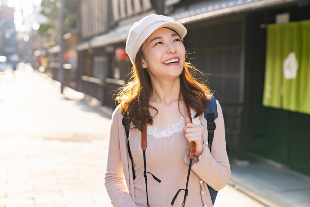 ひとり旅を楽しむ女性