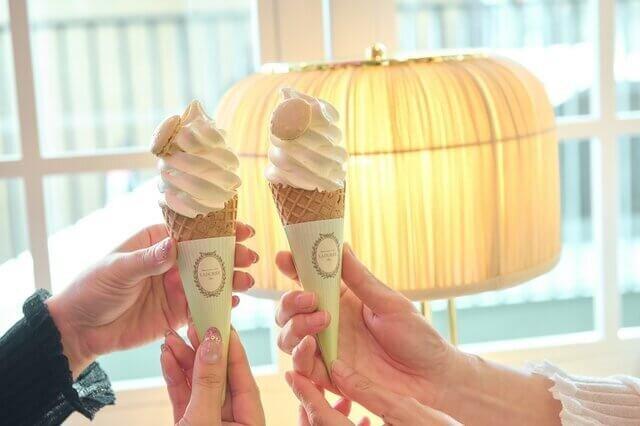 ラデュレのソフトクリームを持っている女性の手