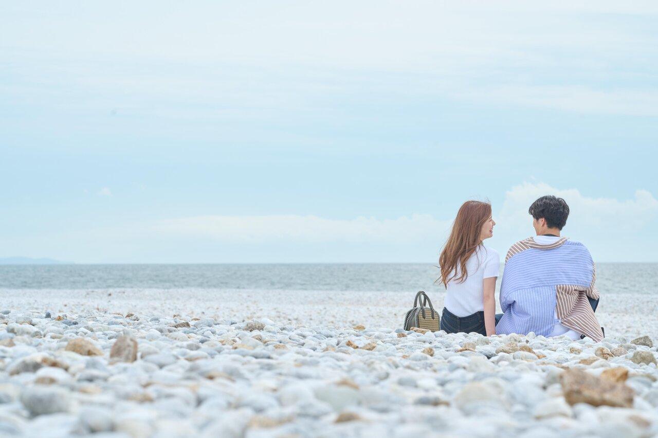 マーブルビーチに座るふたり