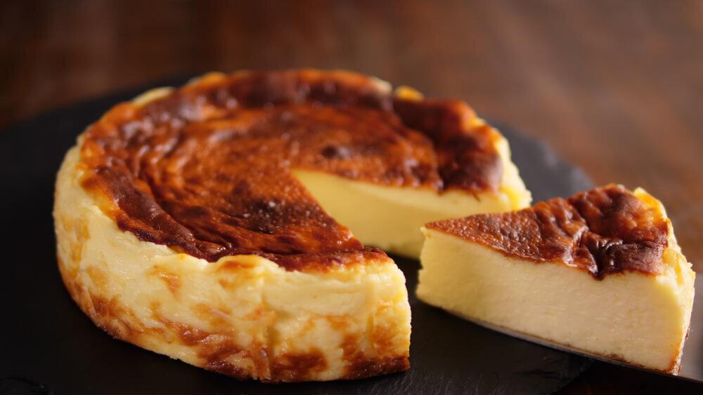 バスク風のベイクドチーズケーキをひと切れカットしている様子