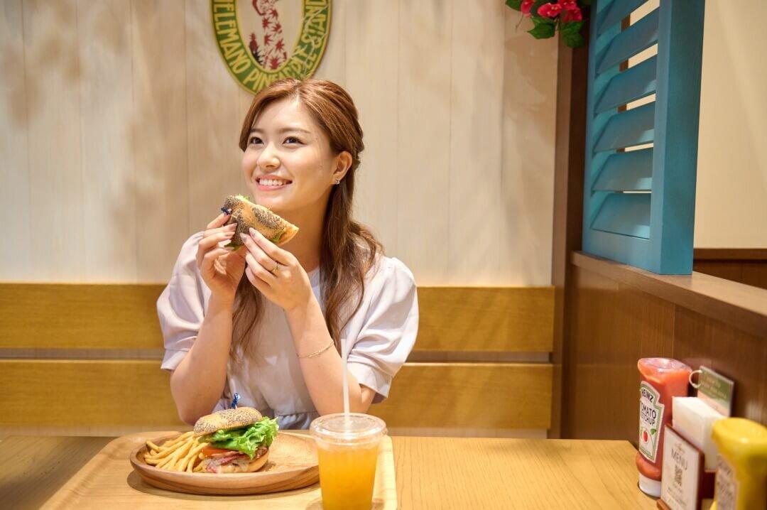 ハンバーガーを持つ女性