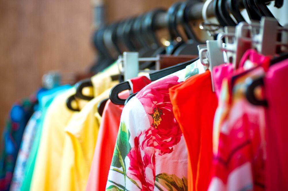 明るく華やかな色の服や大胆な柄の服が並ぶラック