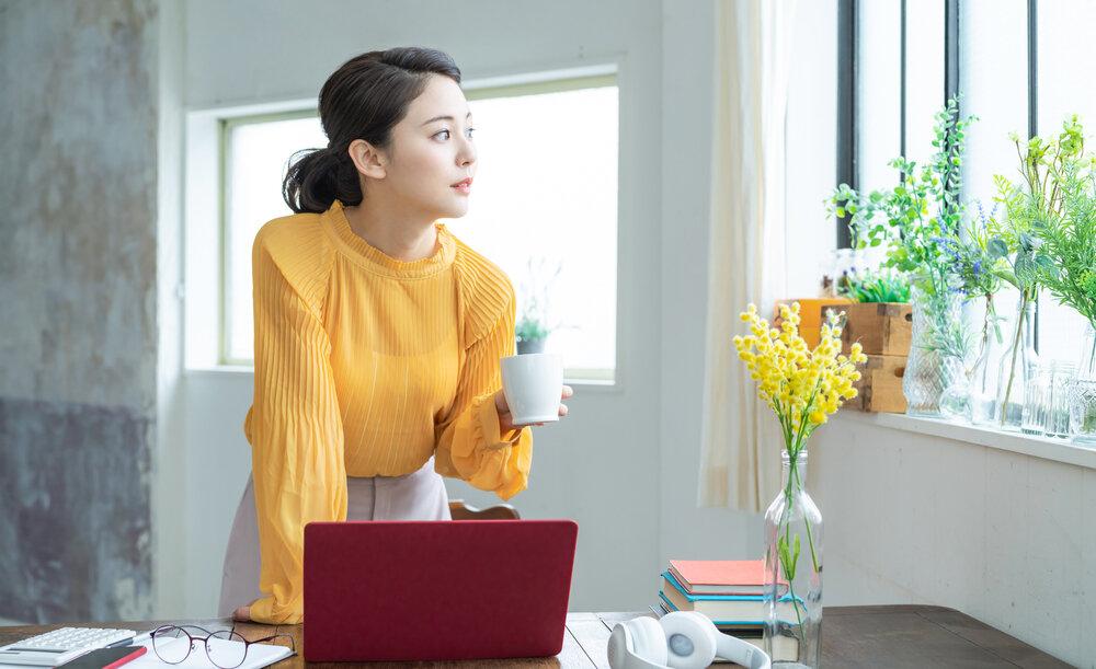 鮮やかな黄色のトップスを着こなす女性
