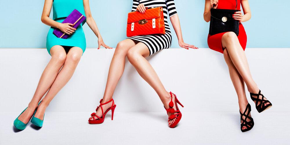 明るい色使いのファッションに身を包む女性達