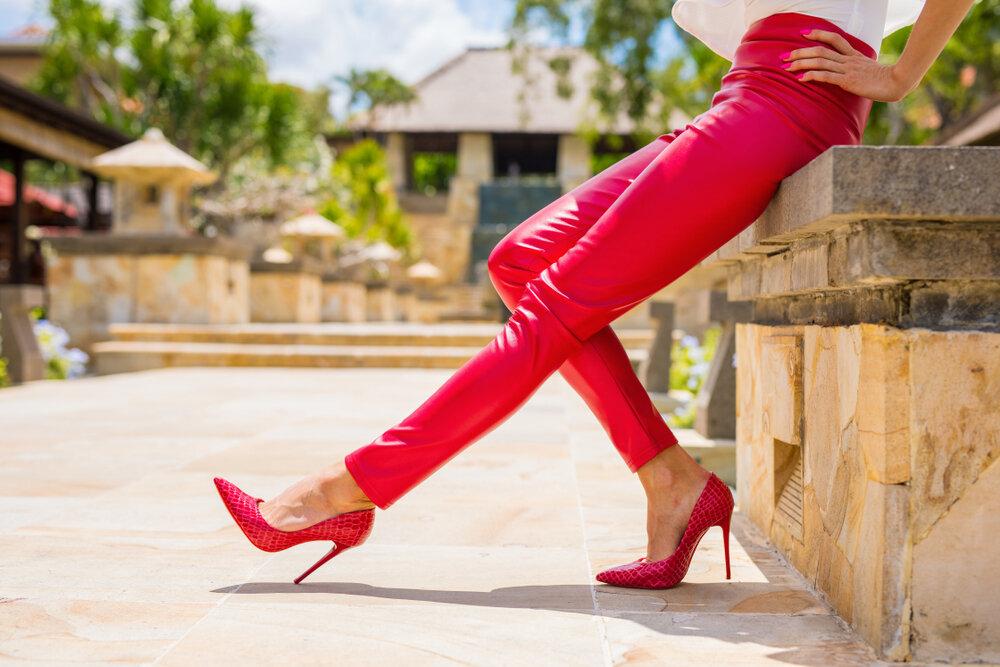 赤いパンツを履いた女性