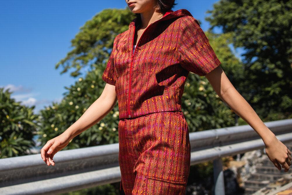 赤のワンピースを着た女性