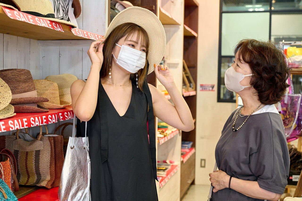 帽子を選ぶ女性2人