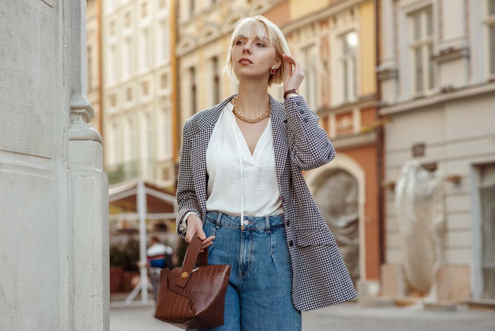 チェック柄のジャケットを着る女性