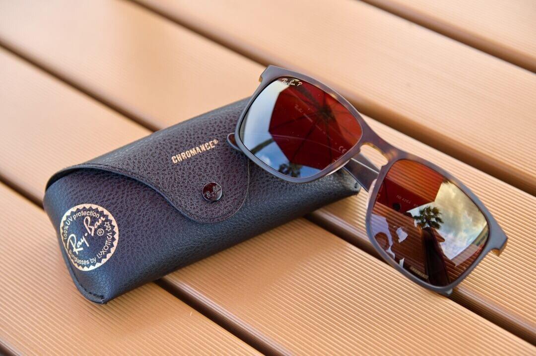 ウッドテーブルに置かれたサングラス