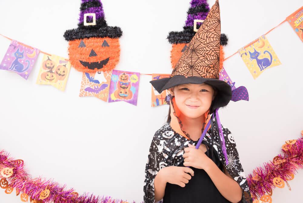 お家でハロウィンの扮装を楽しんでいる女の子
