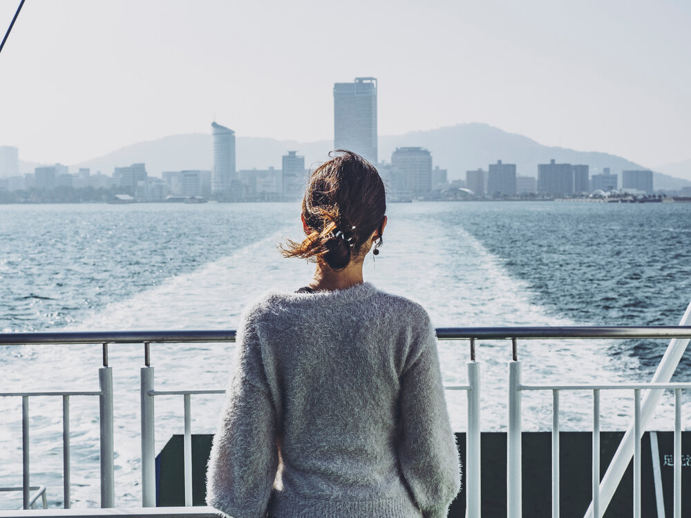 フェリーから景色を眺める女性