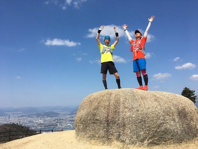 <三角点の岩に登ってポーズ!>
