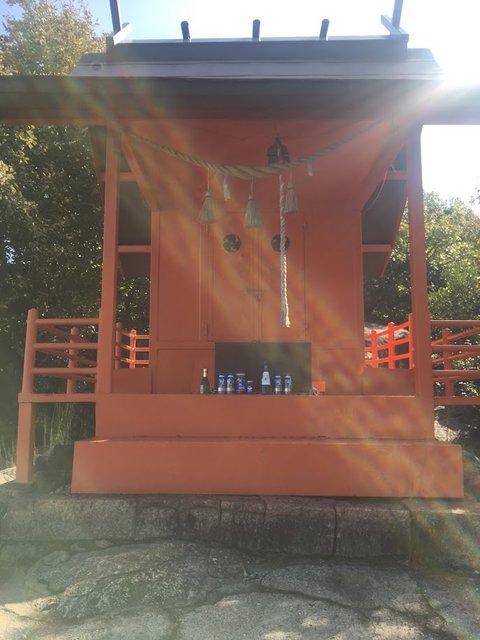 <愛宕神社です。お供え物(お酒)飲んじゃだめよ>