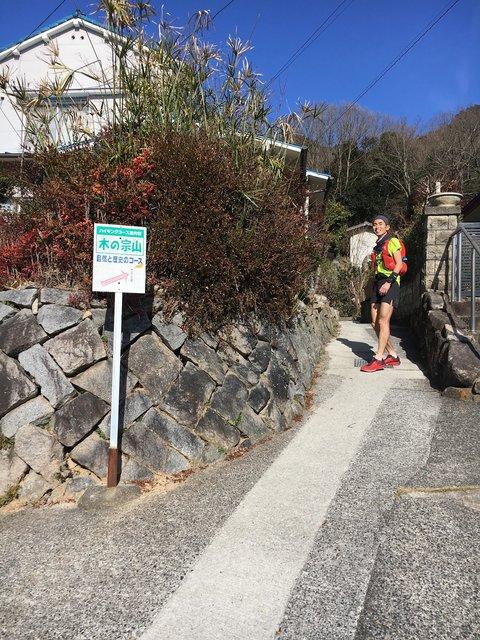 (民家の狭いところ通る。広島湾岸トレイルレースならでは?)