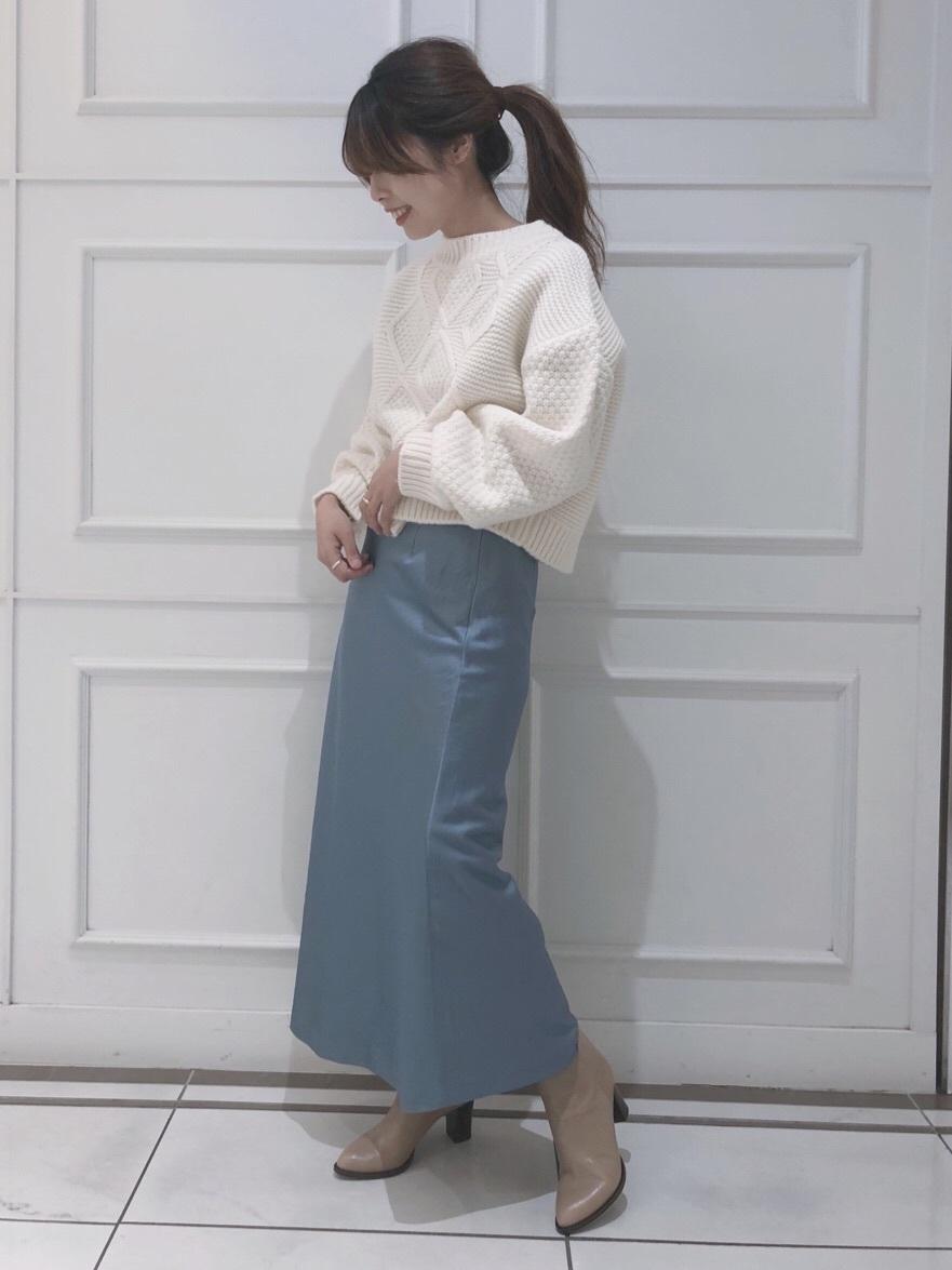 ケーブルニット×サテンスカート