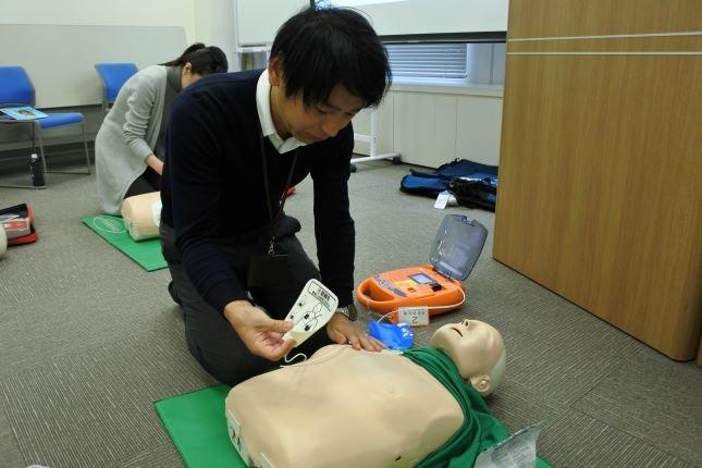AEDの使い方の練習中。
