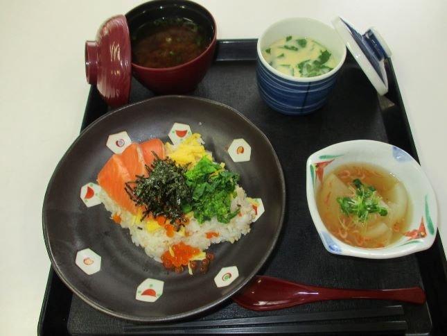 ひな祭りイベントを開催!春の食材を取り入れた豪華なちらし寿司を皆さんでいただきました♪