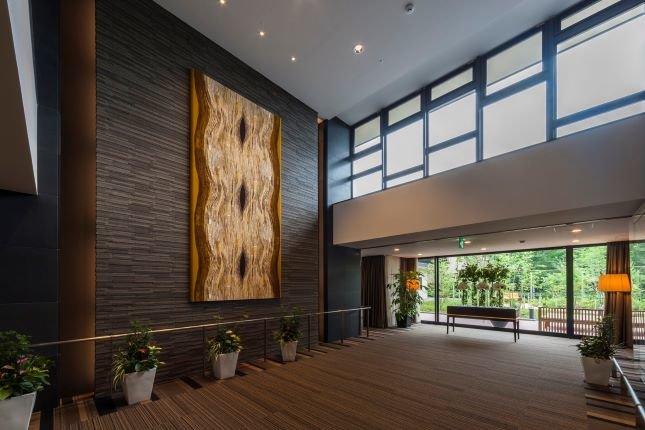エントランスの壁面の絵画は、生命力を感じさせる「巨樹」がモチーフ。