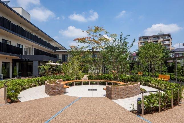 緑がいっぱいの庭園。お天気のいい日はお散歩される姿が見られます。