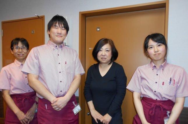 チャーム須磨海浜公園ホーム長の大川由美さんにインタビューしました!(右から2番目)
