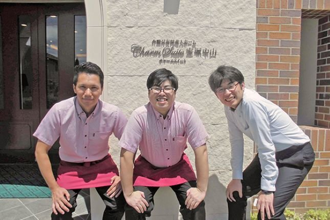 宝塚中山のスタッフの皆さんと新里ホーム長(一番右)