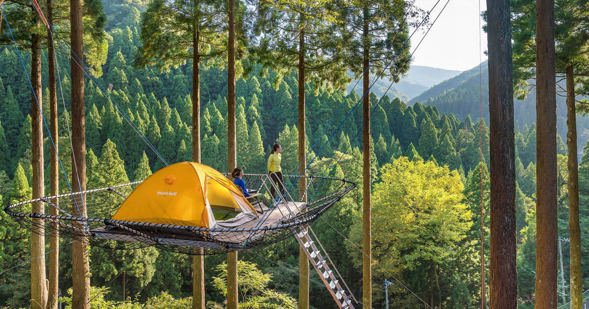 まるで子どもの頃に憧れた秘密基地!日本初の「樹上のテントサイト」で絶景テント泊を体験しよう