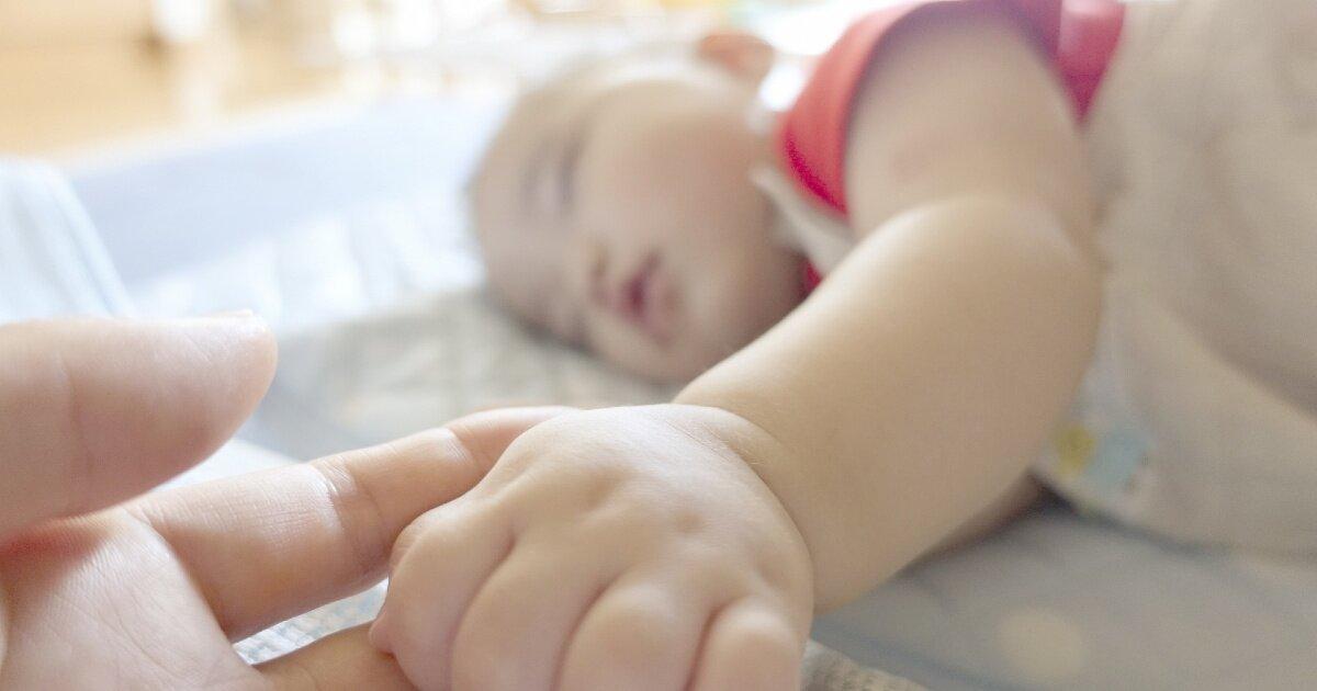 赤ちゃんが寝返りで起きて泣いてしまう?安全・快適にぐっすり寝られるよう注意したいこと