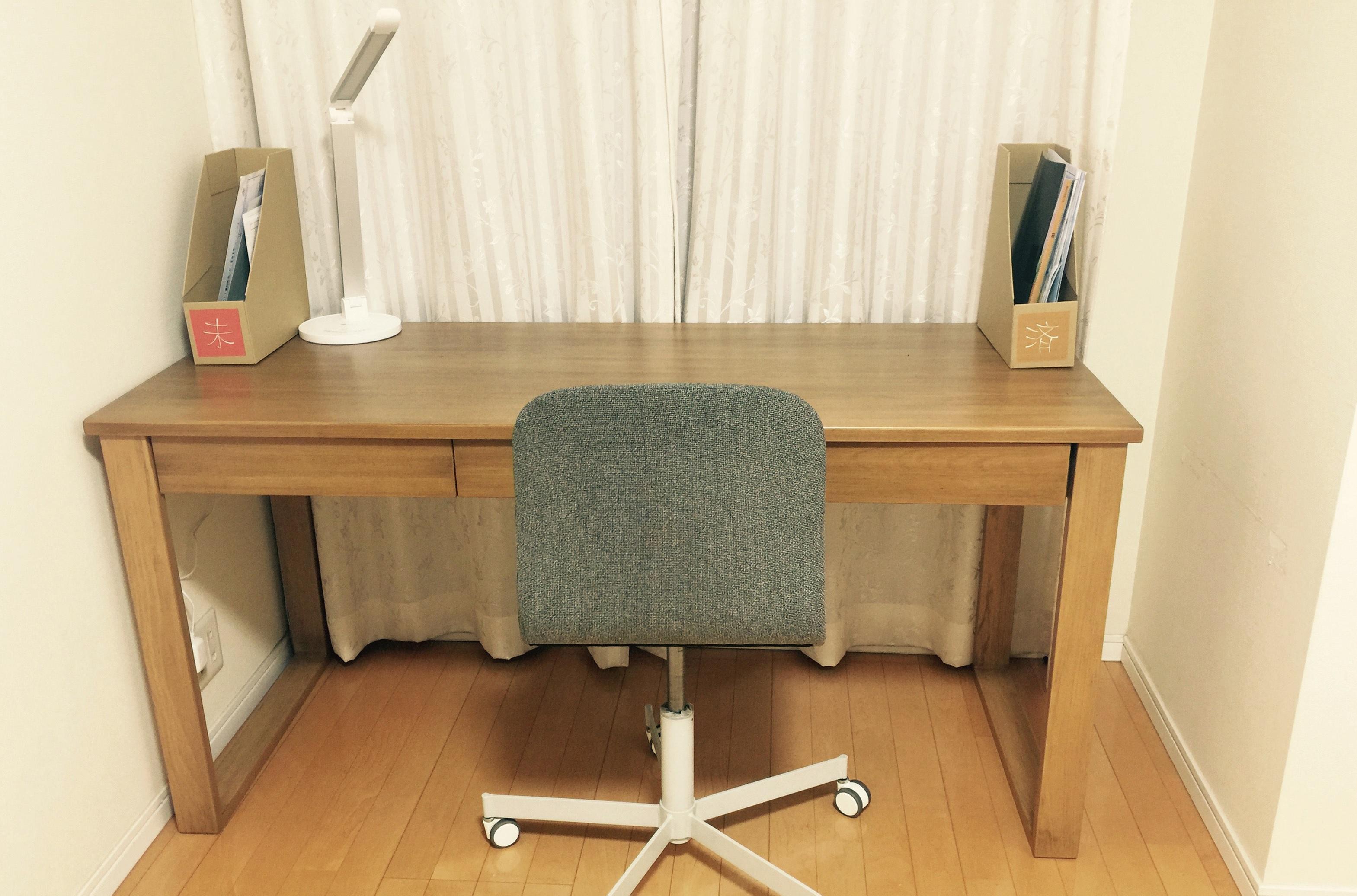 「処理済み用」と「未処理用」のボックスを両端に置いた机