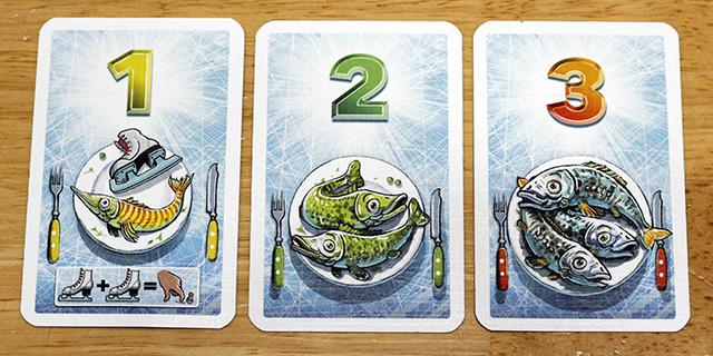 魚カードは3種類(勝利ポイント1~3) よく切って山札として裏に積んでおきます。