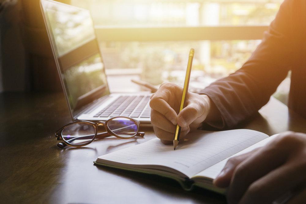 エンディングノートは人生の記録。ノートを書くメリットや書き方