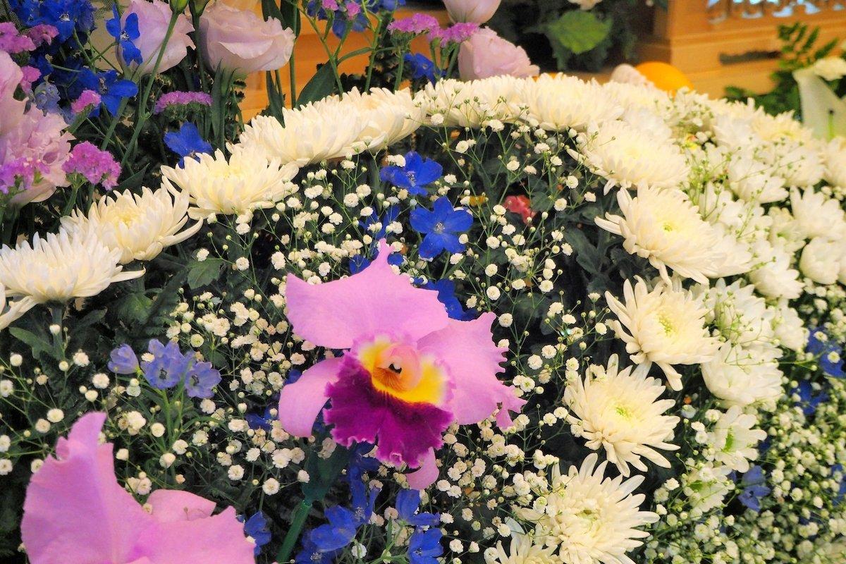 家族葬での供花の贈り方は?手順やマナーを解説