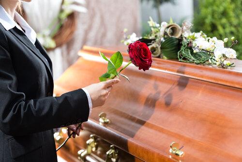 【家族葬の流れ】葬儀前から火葬後まで。一般葬との違いも紹介