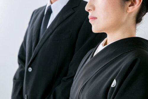 礼服の選び方や喪服との違いとは。年齢と着用シーンに合わせた着こなしを