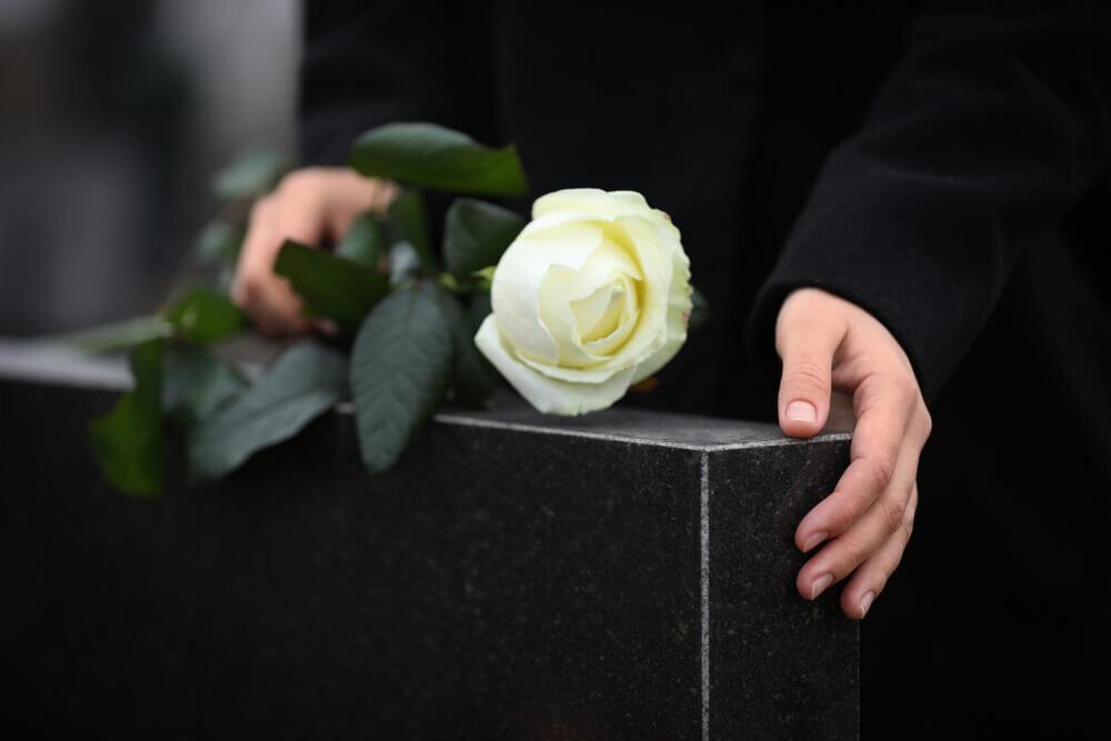 故人の思いを表す墓碑銘とは?その意味と費用を解説