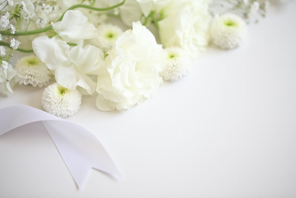 白い花とリボンが並んでいる画像