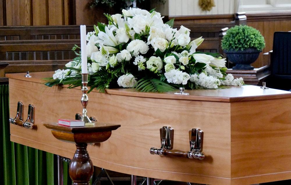 「霊柩車でのカラフルな棺の接写」の写真