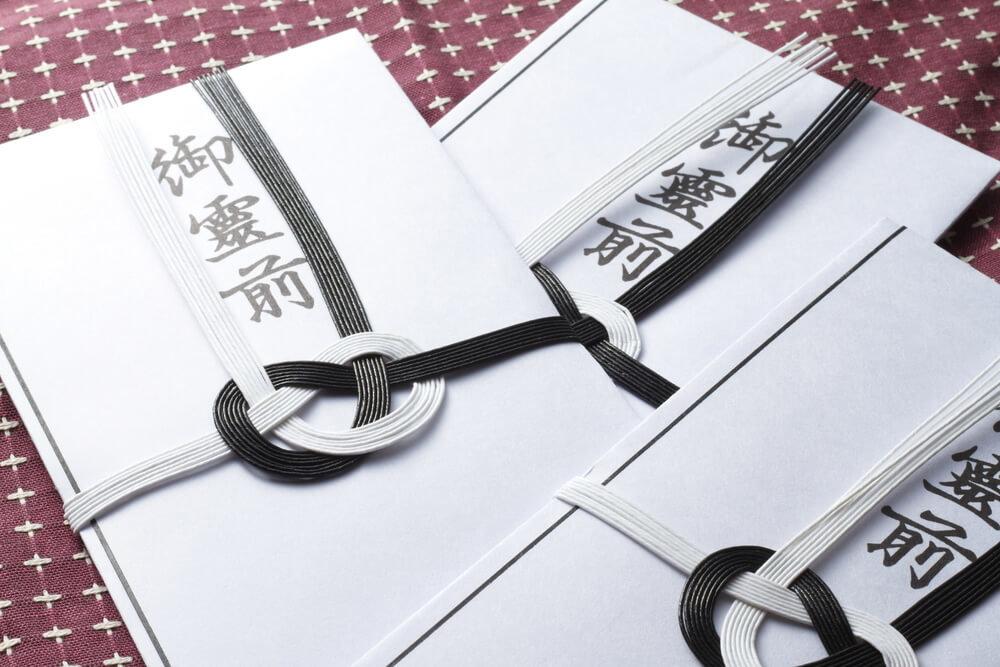 机に並べられた香典袋