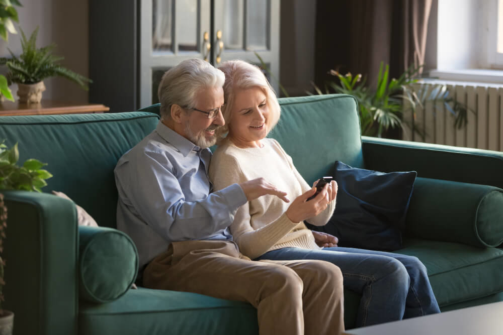 ソファでくつろぐ老夫婦