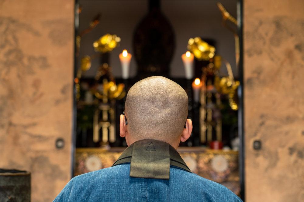 祭壇と僧侶