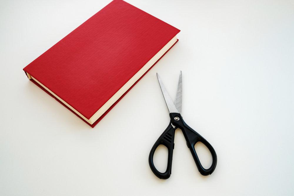 本とハサミ