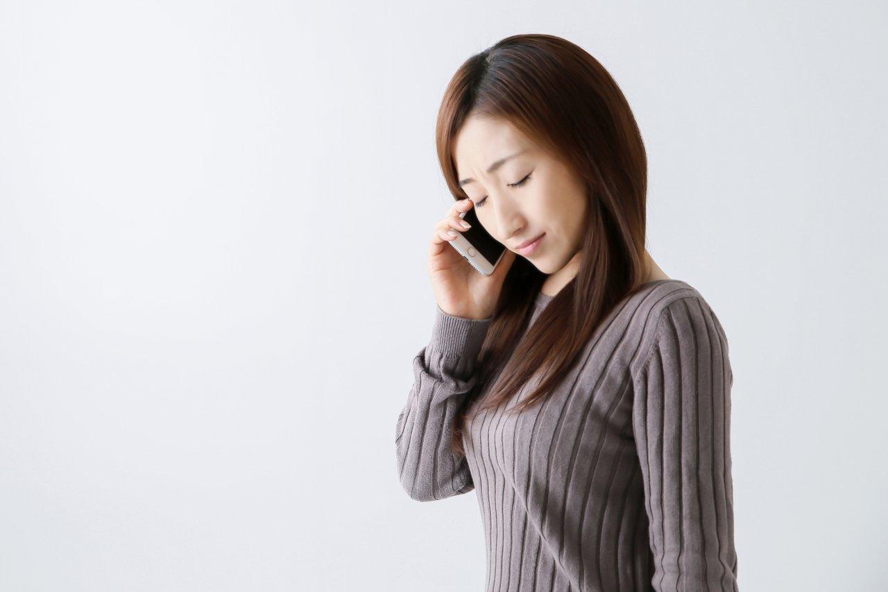 訃報の電話をする女性
