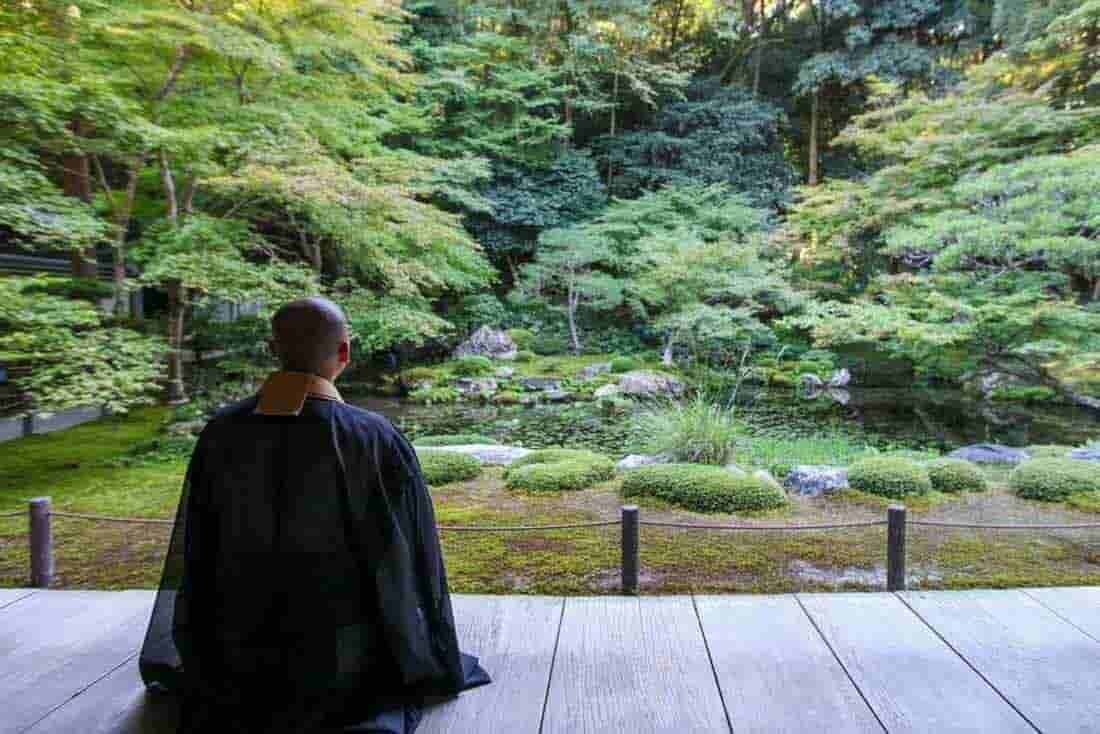 僧侶のうしろ姿