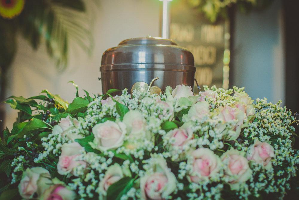 花に囲まれた骨壺