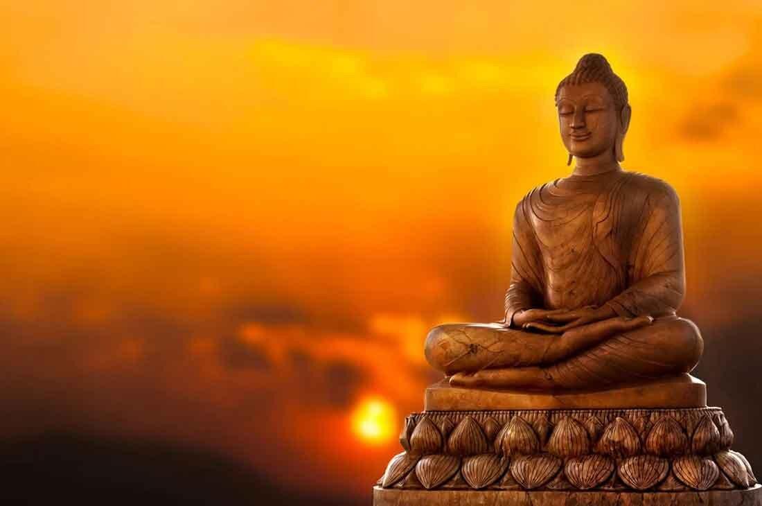 夕日に照らされる仏像
