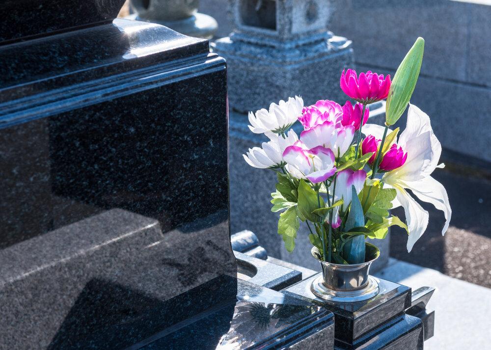 墓に供えられた花