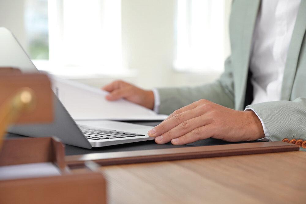 パソコンに向かう男性の手