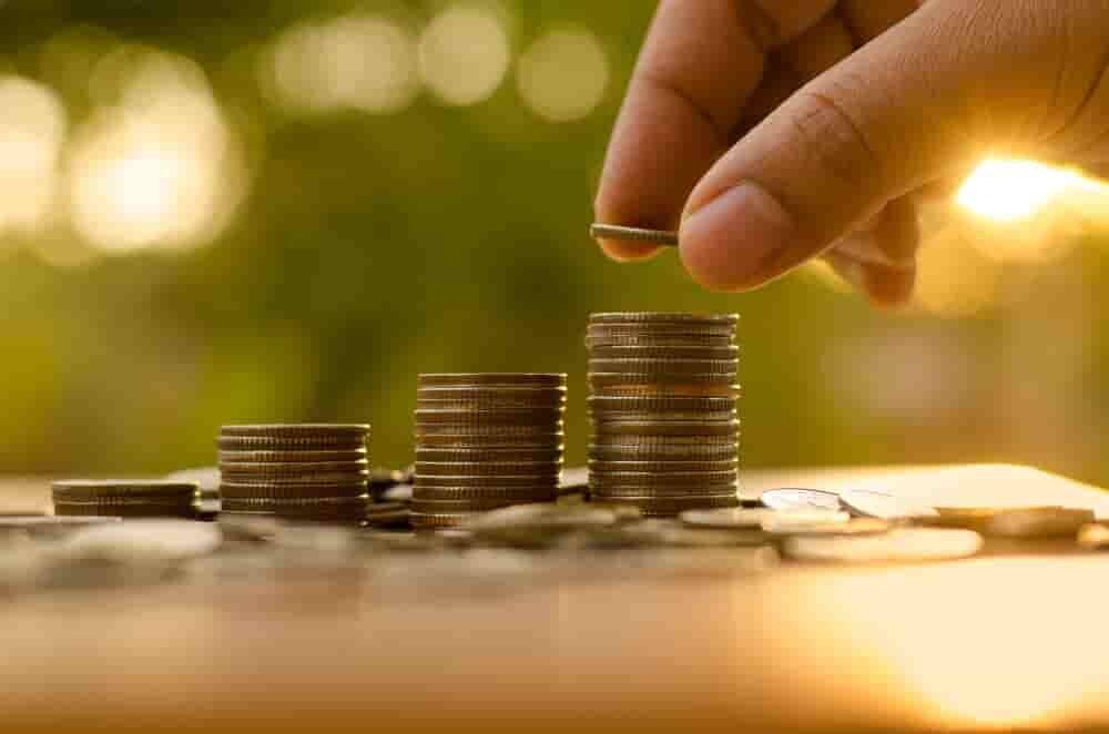 コインを積み上げる手