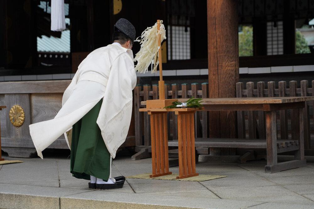 拝殿に向かって一礼する神主