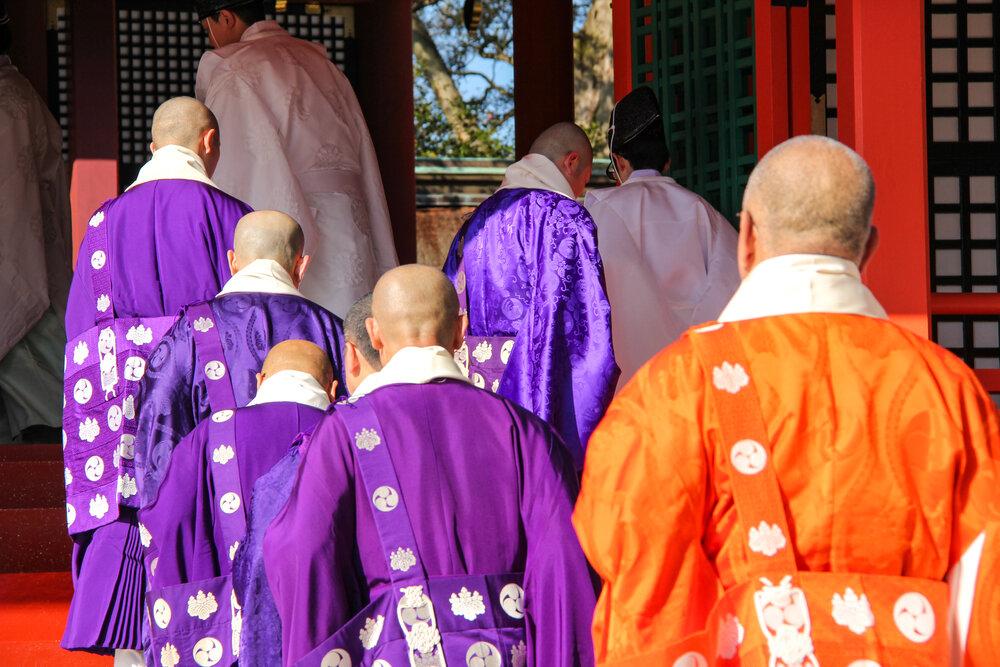 本殿に入る神官や僧侶